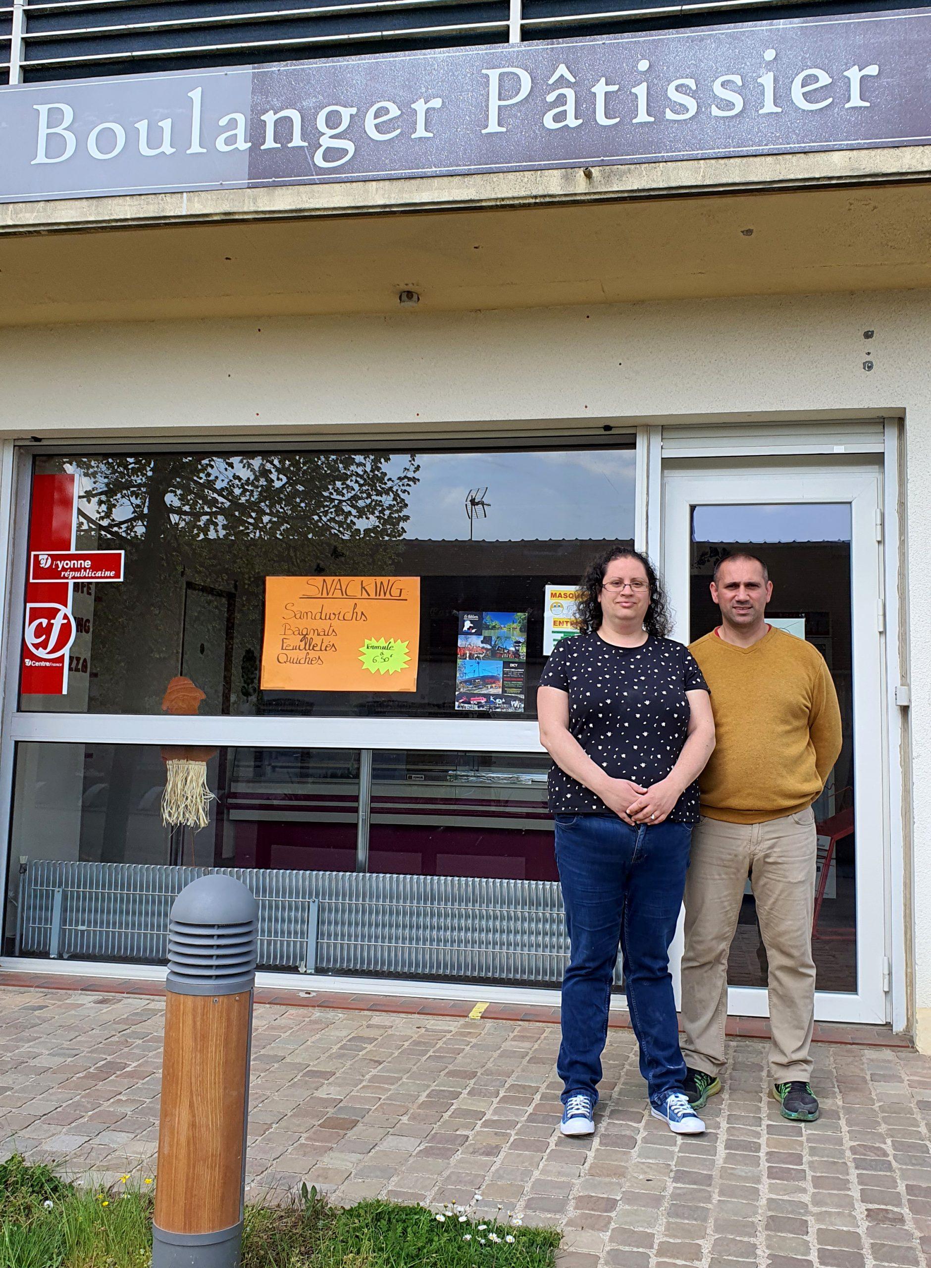 Adeline et Sylvain Tillier - nouveaux propriétaires devant la boulangerie de Villefranche à Charny Orée de Puisaye